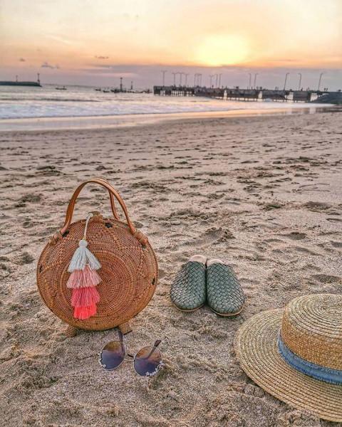 Handgemachter Rattan Bag am Strand von Bali