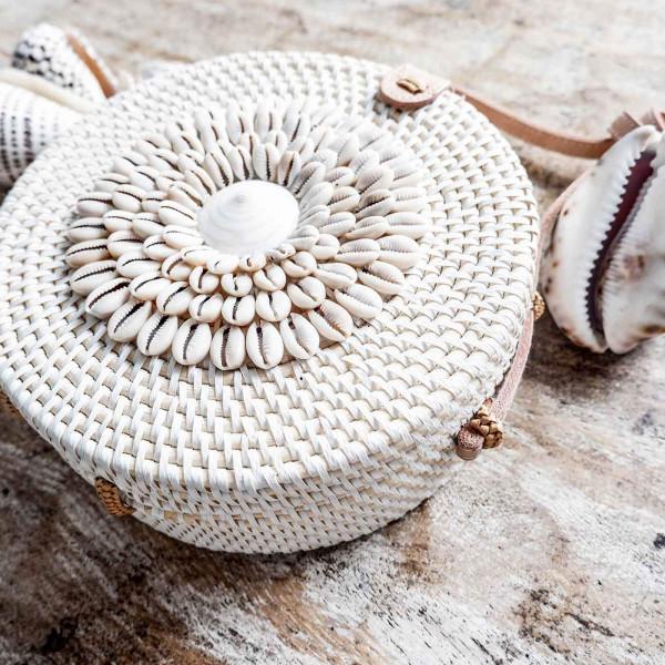Weisser Rattan Bag mit Muscheldesign - Handmade in Bali